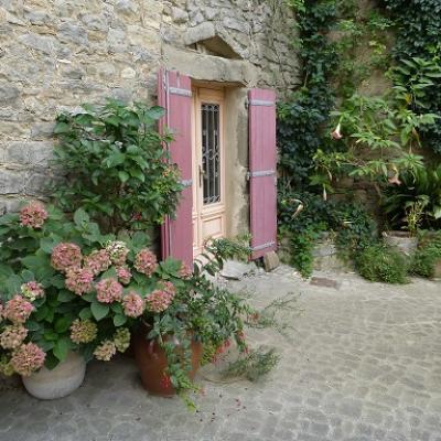 Découvrir les charmants villages du Minervois et apprendre le français