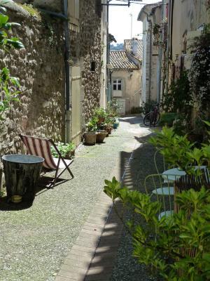 Promenade dans le village de Montolieu et apprentissage du français